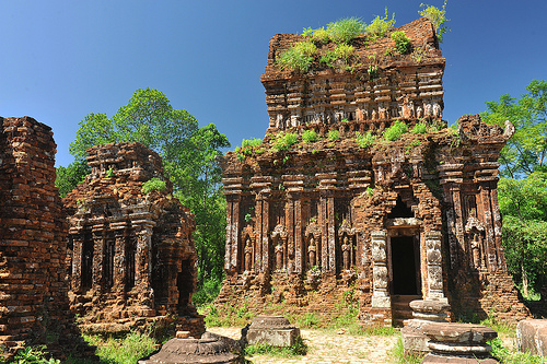 Travel Vietnam:Temples have so far been neglected in My Son